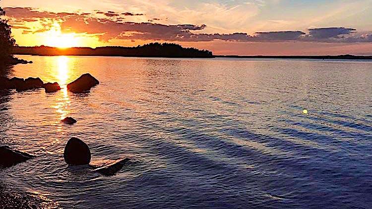 Solnedgång vid badplatsen Måldepån på Rindö.