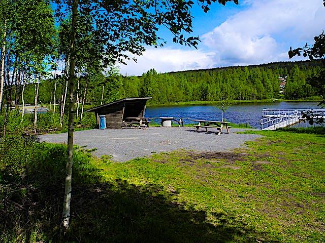 Tillgängliggjord rastplats med fiskebrygga.