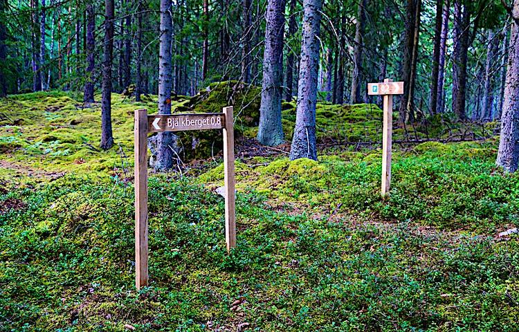 Skyltar längs leden som visar riktning och avstånd.