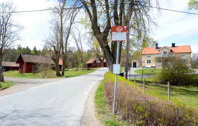 Flera busshållplatser finns inom naturreservatet.