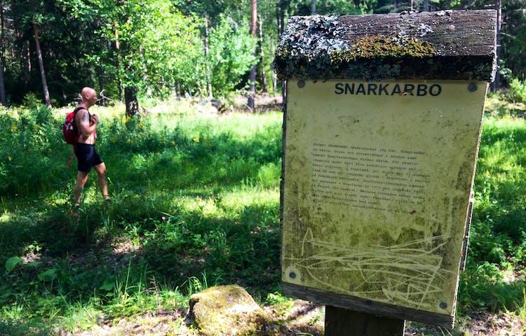 Gammal informationsskylt om platsen Snarkarbo.