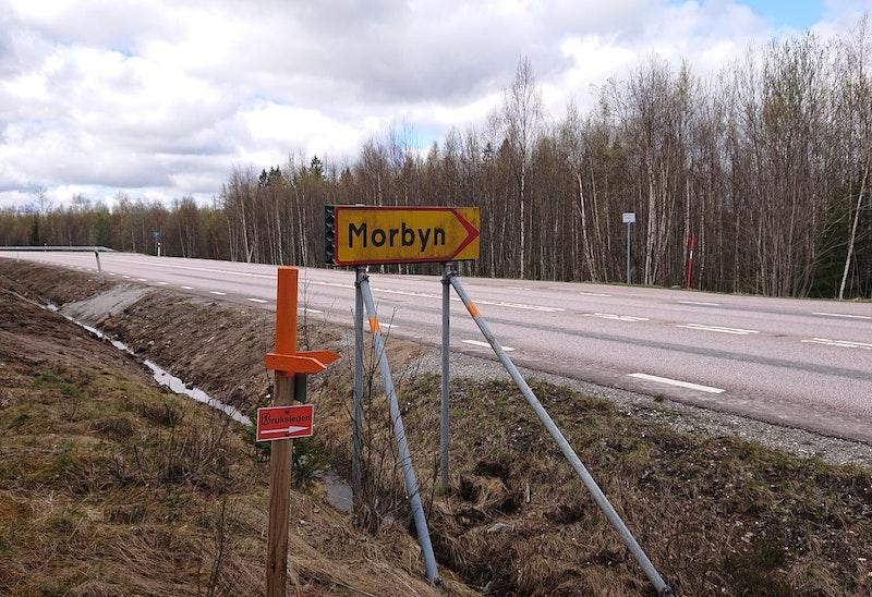 Vägövergång vid Morbyn - var försiktiga då man passerar väg för 80 km/h