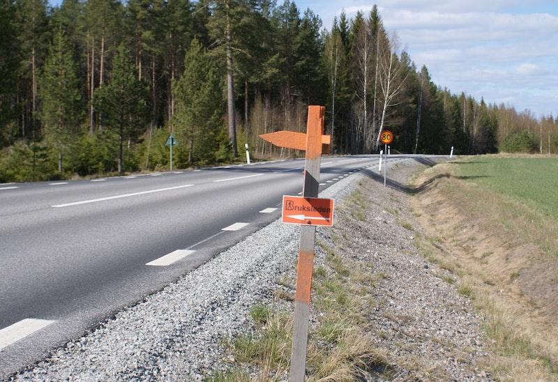 Vägövergång, väg 250 - var försiktiga då man passerar en väg där bilarna kör 80 km/h