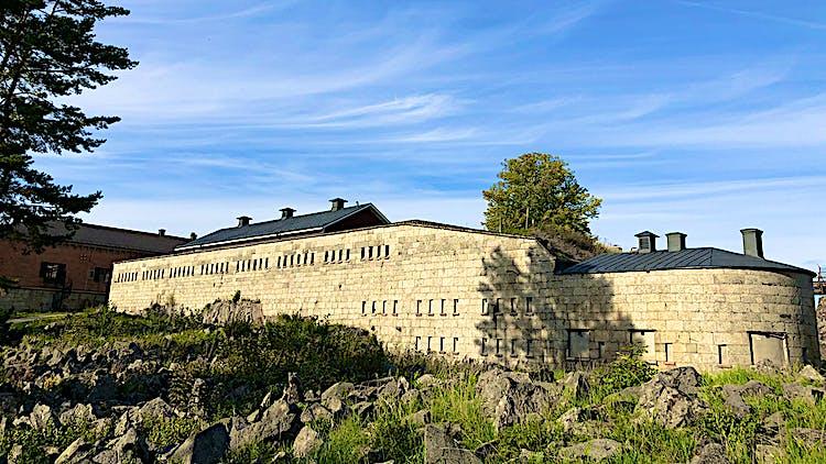 Stenar som ligger runt om Rindö redutt.