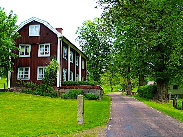 Boningshus i Bråfors. Huset är rött och har vita knutar.