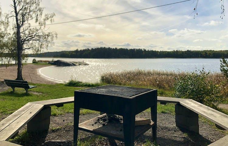 Grillplats med Eriksöbadet i bakgrunden.
