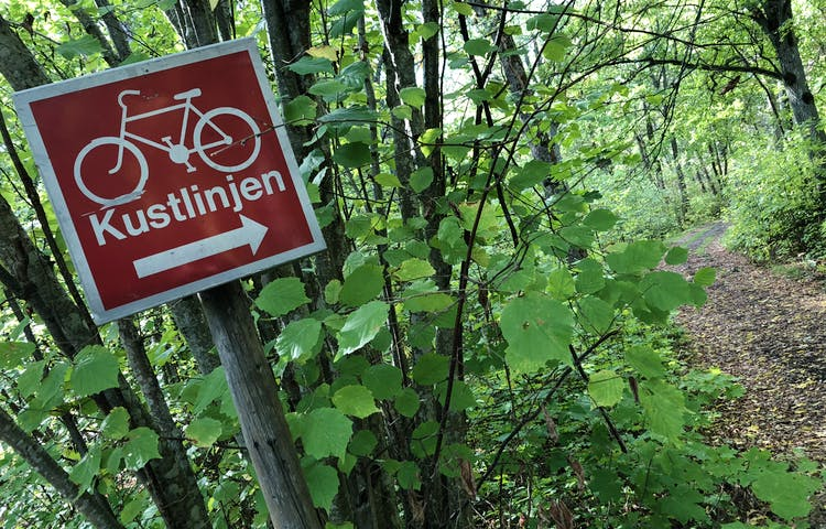 En skylt med en cykel med texten 'Kustlinjen'.