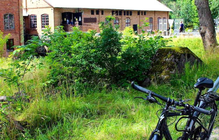 Cykel parkerad utanför Sliperiet i Borgvik