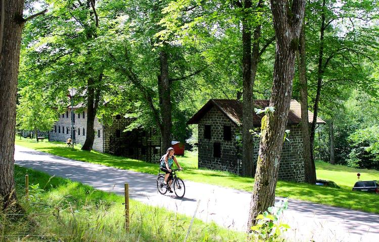 Cyklist på vägen vid Kungskvarnen i Borgvik