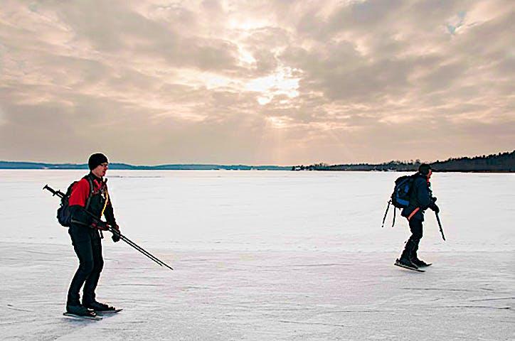 Ett par åker skridskor på en långsträckt is.