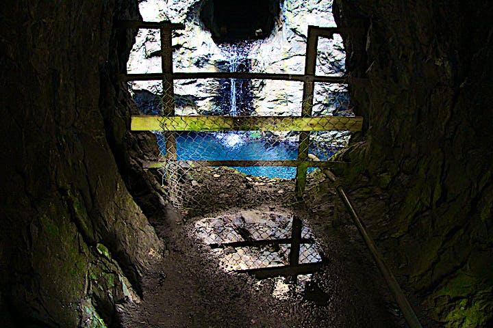 Den blå grottan. Fotat genom ett galler.