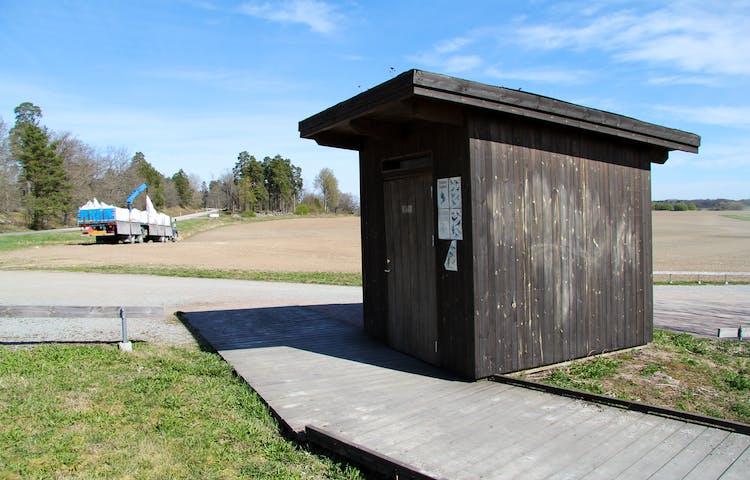 Toalett vid parkeringen och starten av rampen som går ut till utkikstornet.