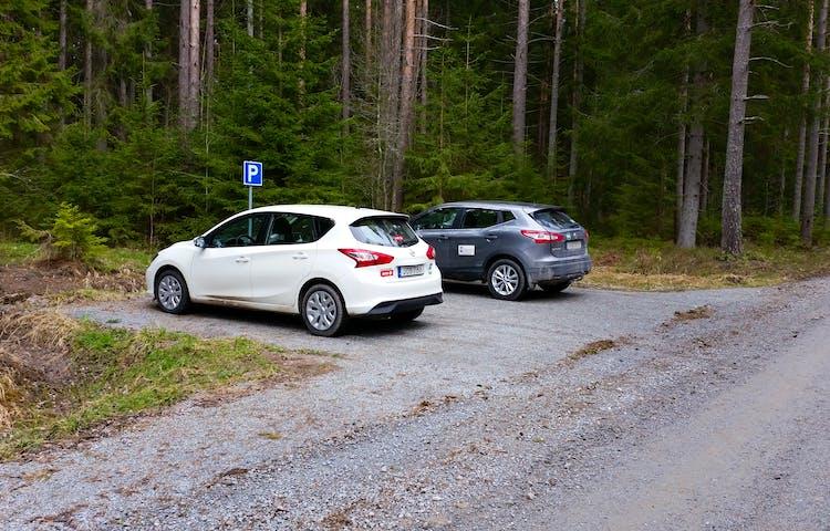 Två bilar står parkerade på anvisad parkeringsplats.