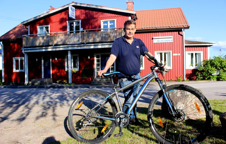 Christer med cykel utanför Hemgården Hotell & Vandrarhem i Bengtsfors