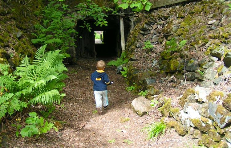 Ett barn går genom en tunnel.
