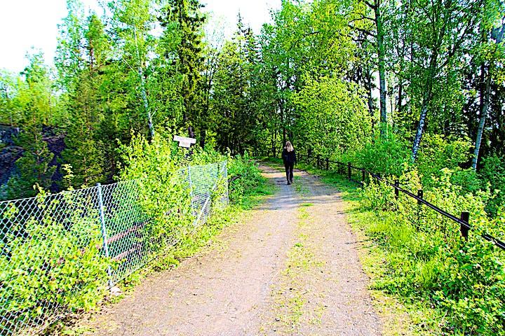 En person går längs en grusväg.