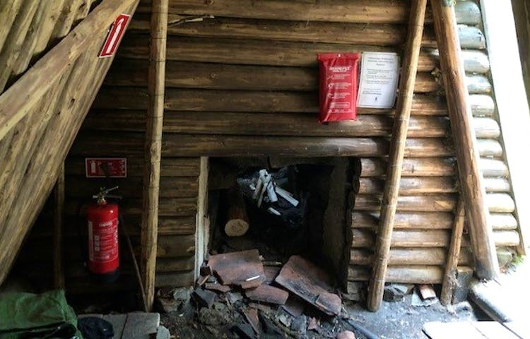 Enkel eldstad inne i Kolarkojan.