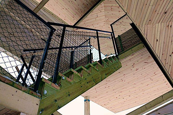 Vy underifrån av trappor som går upp i torn.