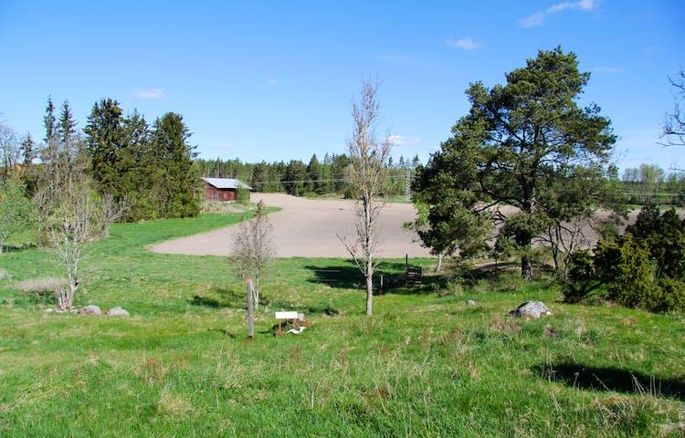 Stigen går över betesmark intill åkrar.