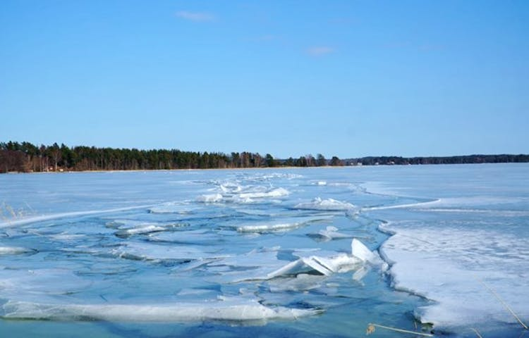 En isränna på en frusen sjö.