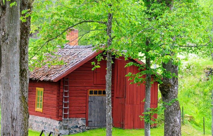 Gammal och välbevarad rödtimrad byggnad.