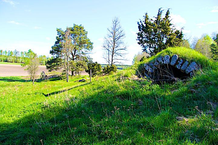I området finns gravar och andra platser där människor bodde på bronsåldern.