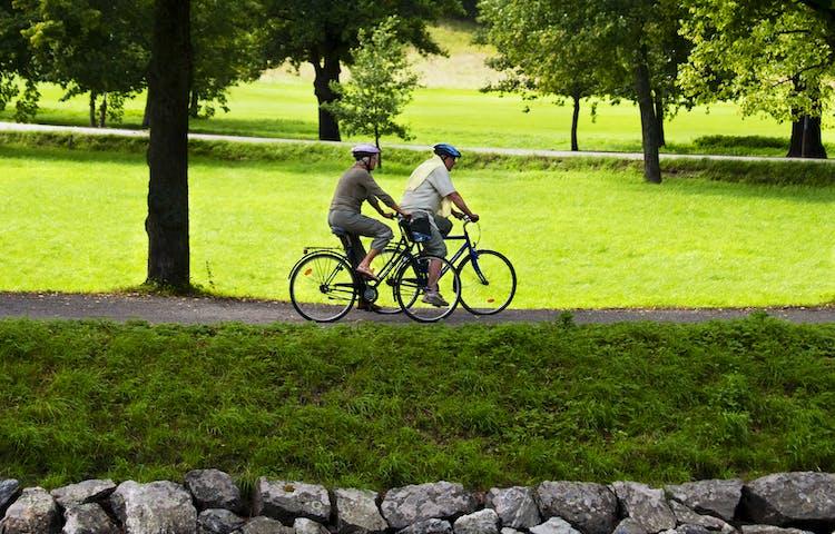Par cyklar vid Djurgårdsbrunnskanalen.