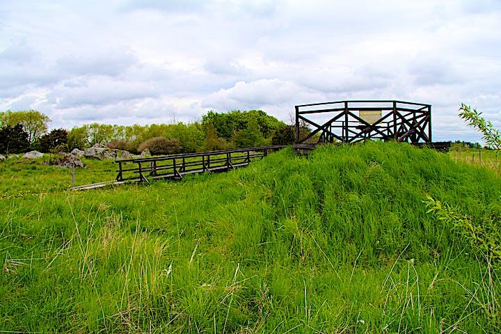 Utkiksplattformen är åttkantig och ligger på en liten höjd. Runt utkiksplattformen finns ett staket med träkryss.