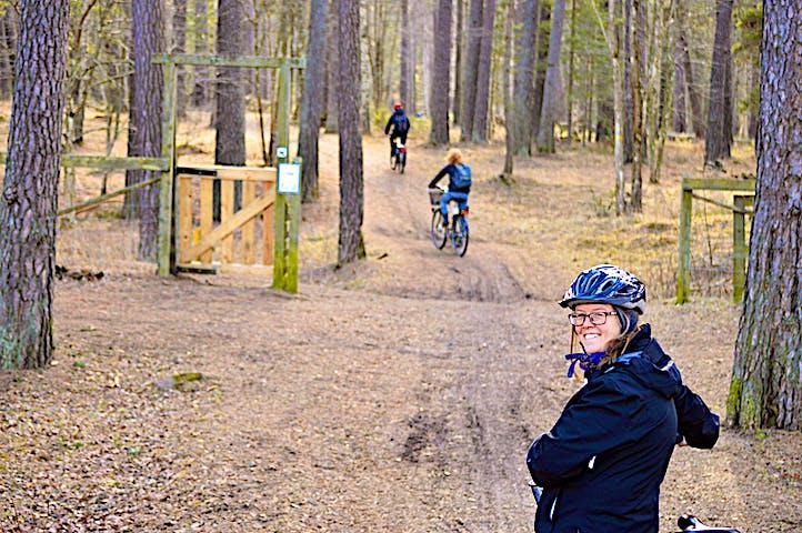 Tre personer med cykel på leden.