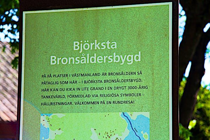 Bild på informationsskylt om Björksta bronsåldersbygd.