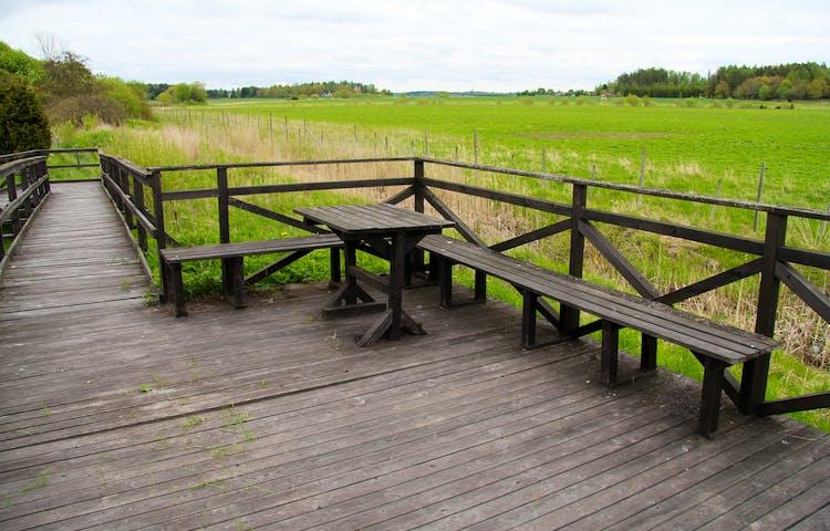 På utkiksplattformen finns bord och bänkar.
