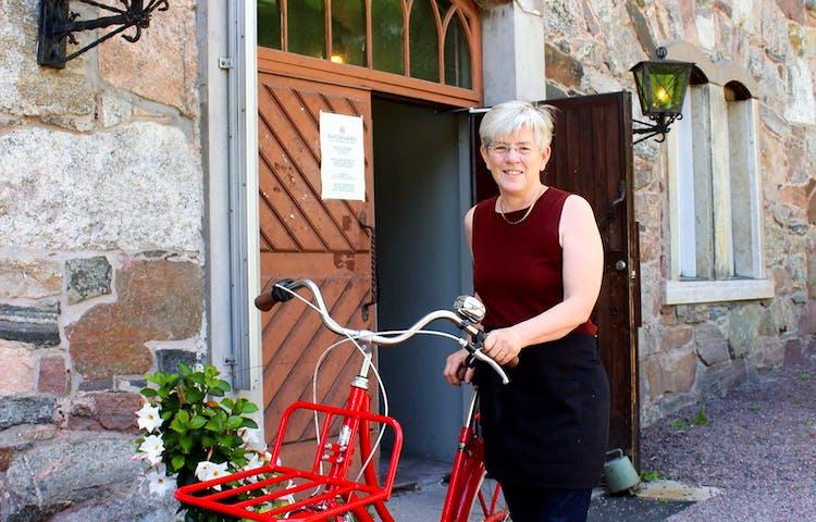 Anki med sin tjänstecykel utanför restaurangen vid Kvarnen i Borgvik