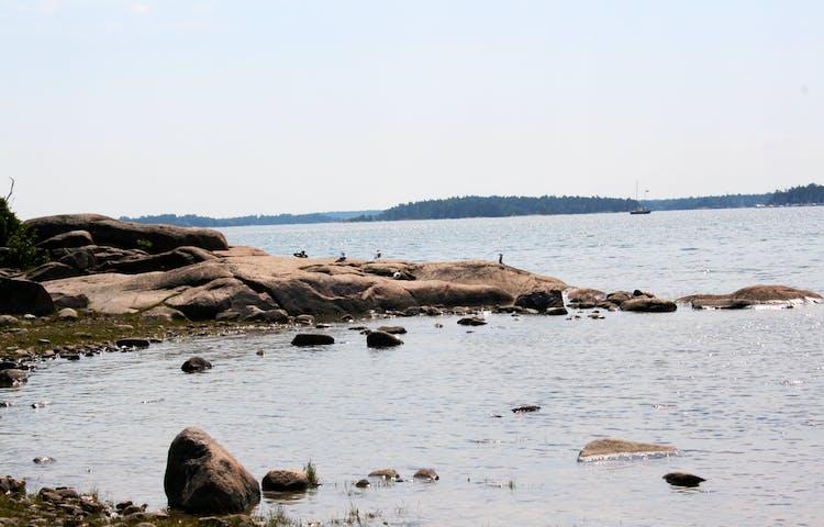 En havsvik med stenig strand och stenhällar