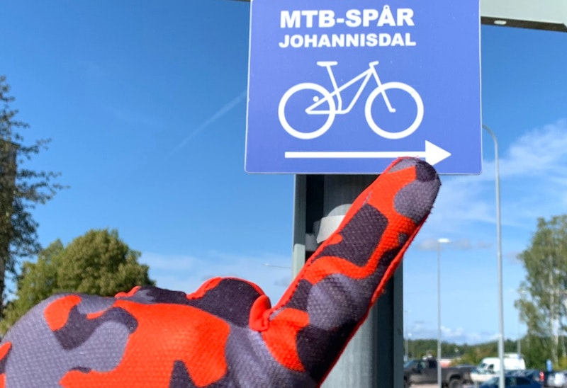 Skyltade cykelbanor mellan spåren.