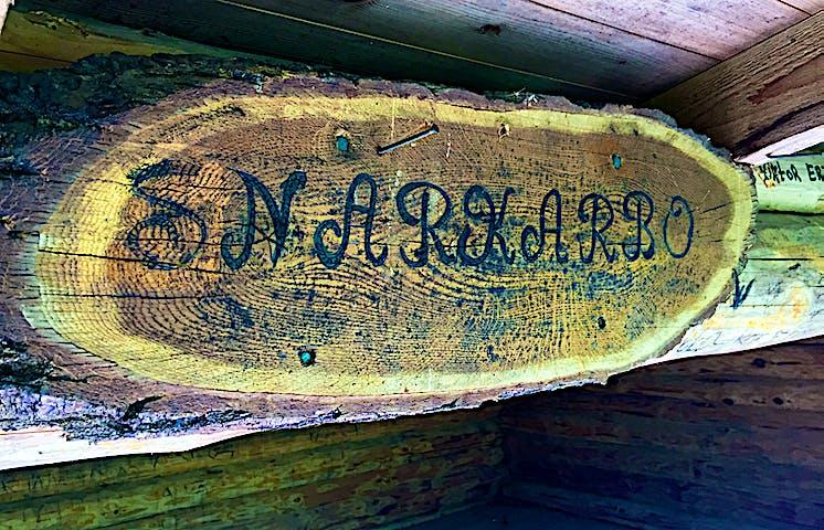 Träskylt med ordet Snarkarbo.
