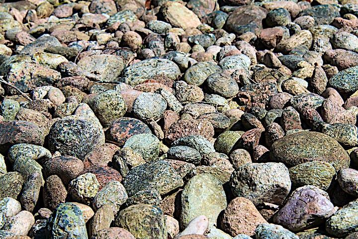 Närbild på rullstenar, stenar som slipats av havet.