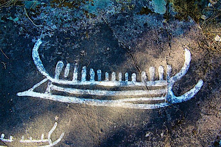 Ett skepp ristat på en klipphäll. Liknande skepp fanns under bronsåldern, de användes för resor över havet.