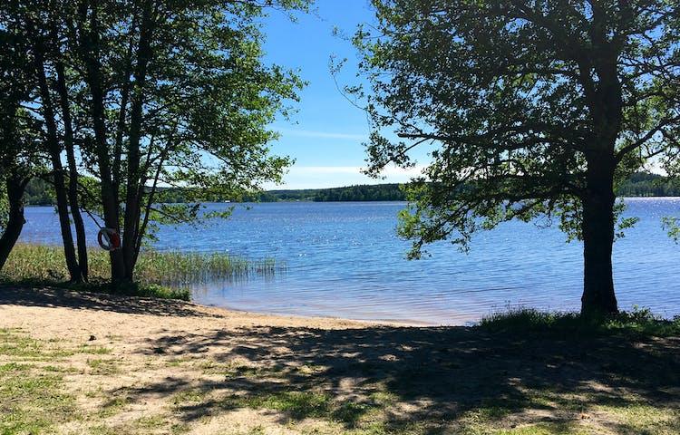 En strand vid en sjö.