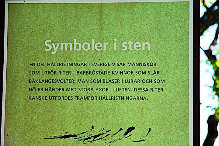 Bild på informationskylt som handlar om symboler i sten.