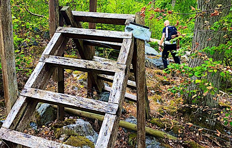 Stätta, enklare trapp, över staket.
