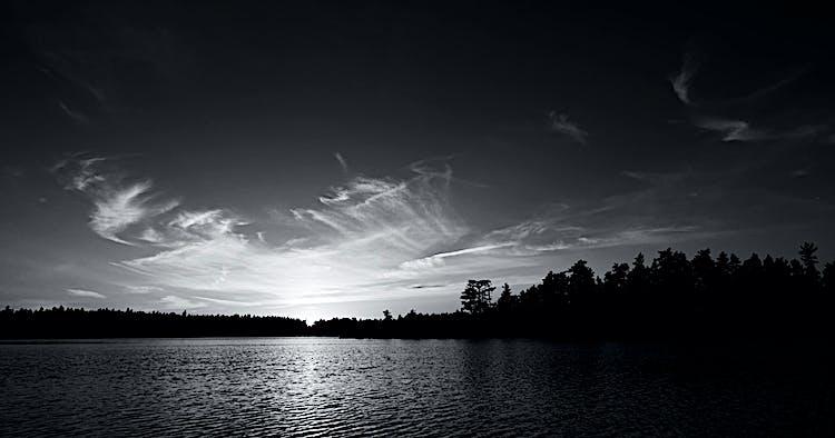 Solnedgång över tjärnen.