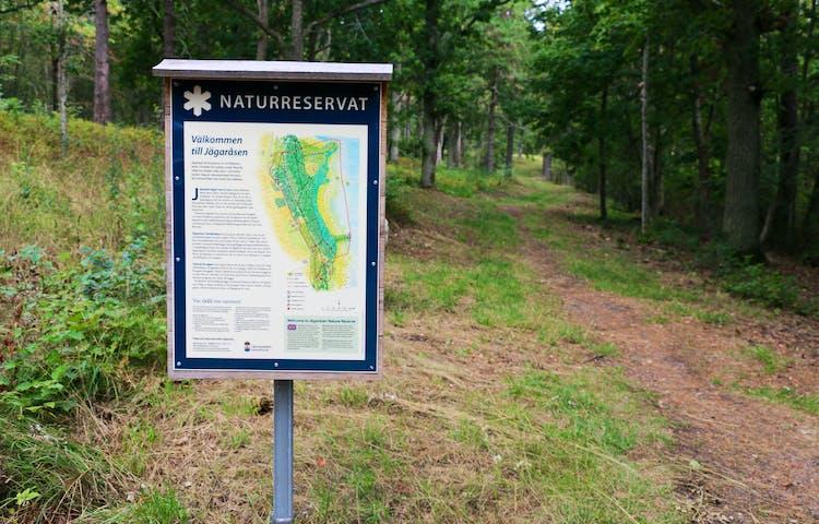 Informationstavla över naturreservatet.