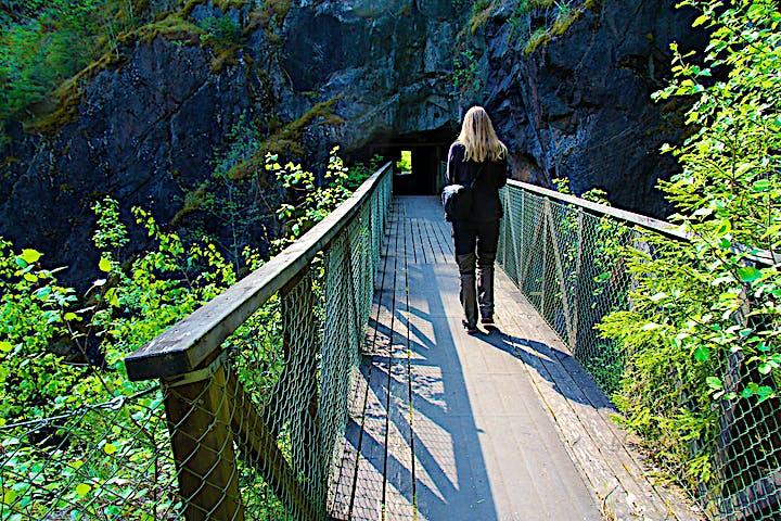 En person går över en bro.