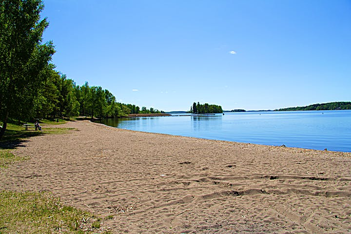 Sandstrand i en vik på Björnön.