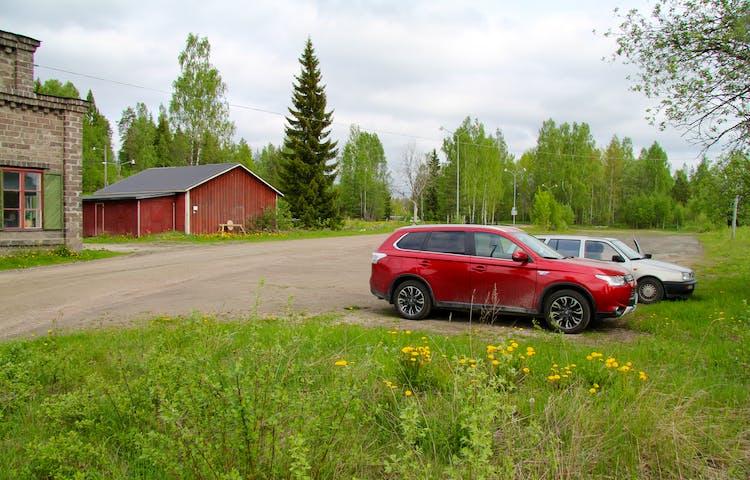 Bilar parkerade vid reservatet.