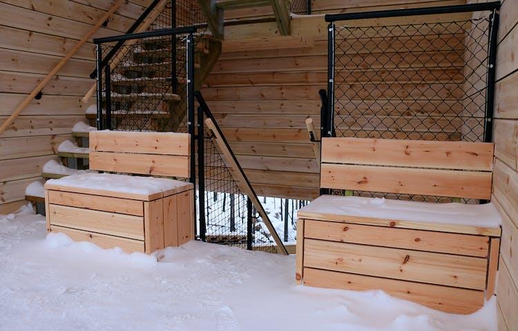 Två bänkar vid sidan av trapp upp och ner i utsiktstornet.