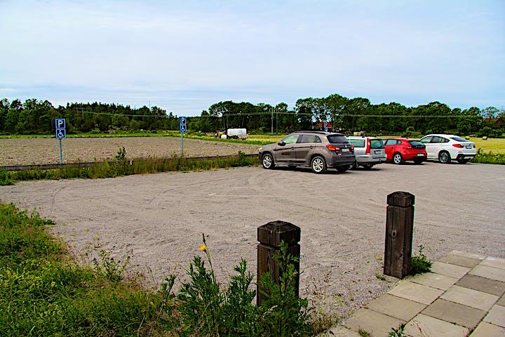 Bilar parkerade grusparkering.