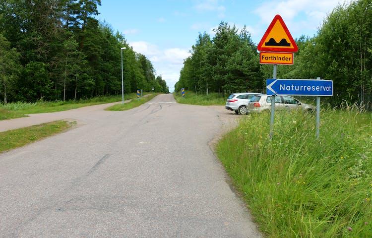 Bilväg och parkeringsplats utanför naturreservatet.
