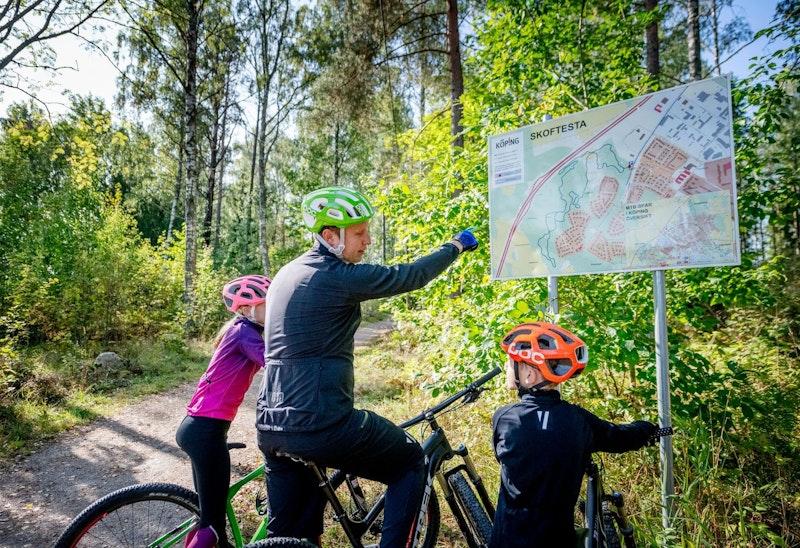 Startskylt som visar karta över spåret och hur du hittar till de andra startplatserna.