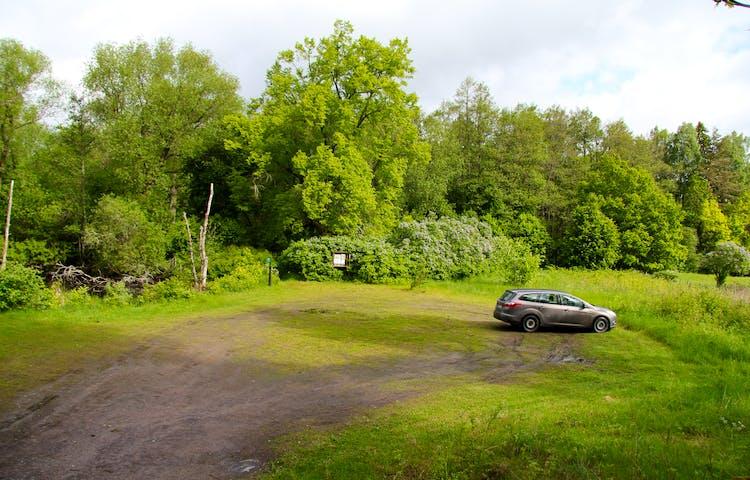 Bil parkerad på naturreservatets parkering.